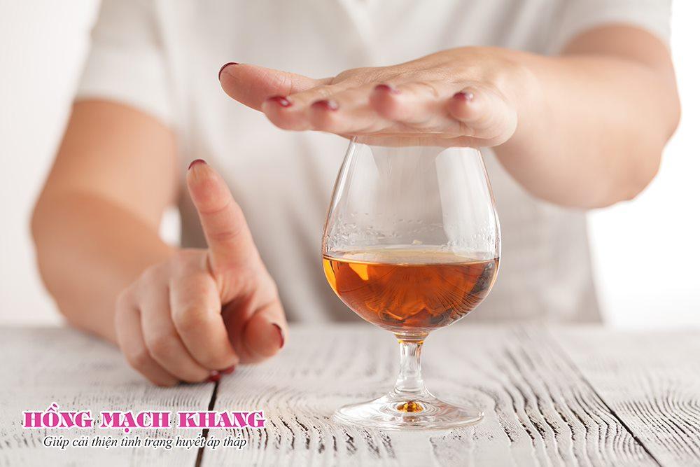 Người bị tụt huyết áp hoặc huyết áp thấp không nên uống rượu bia